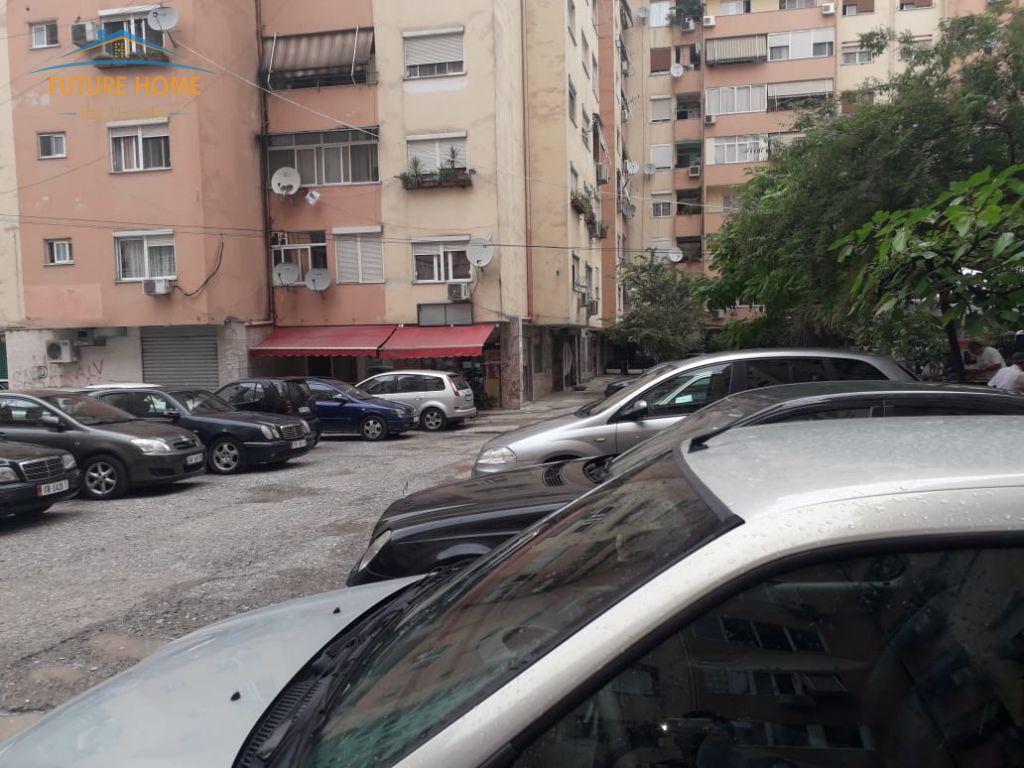 Shitet, Ambjent, Komuna e Parisit, Tiranë
