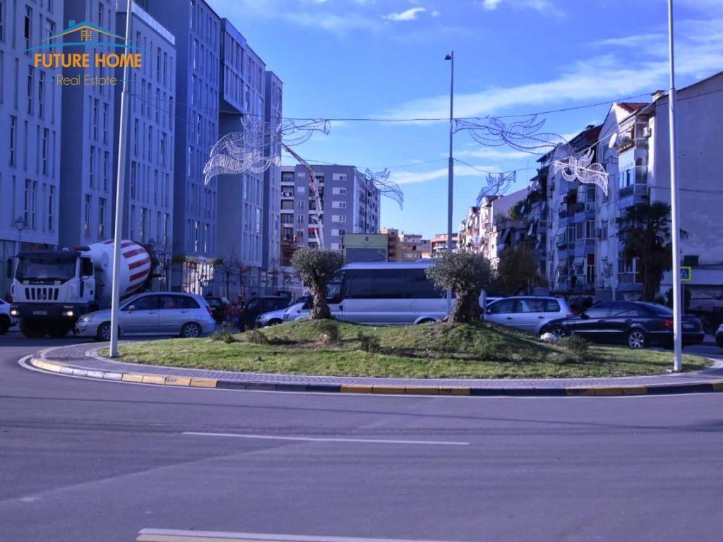 Shitet,Apartament 2+1,Komuna e Parisit,Tiranë