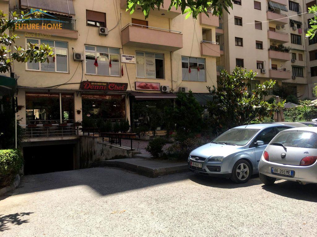 Qera, Ambjent, Komuna e Parisit, Tiranë
