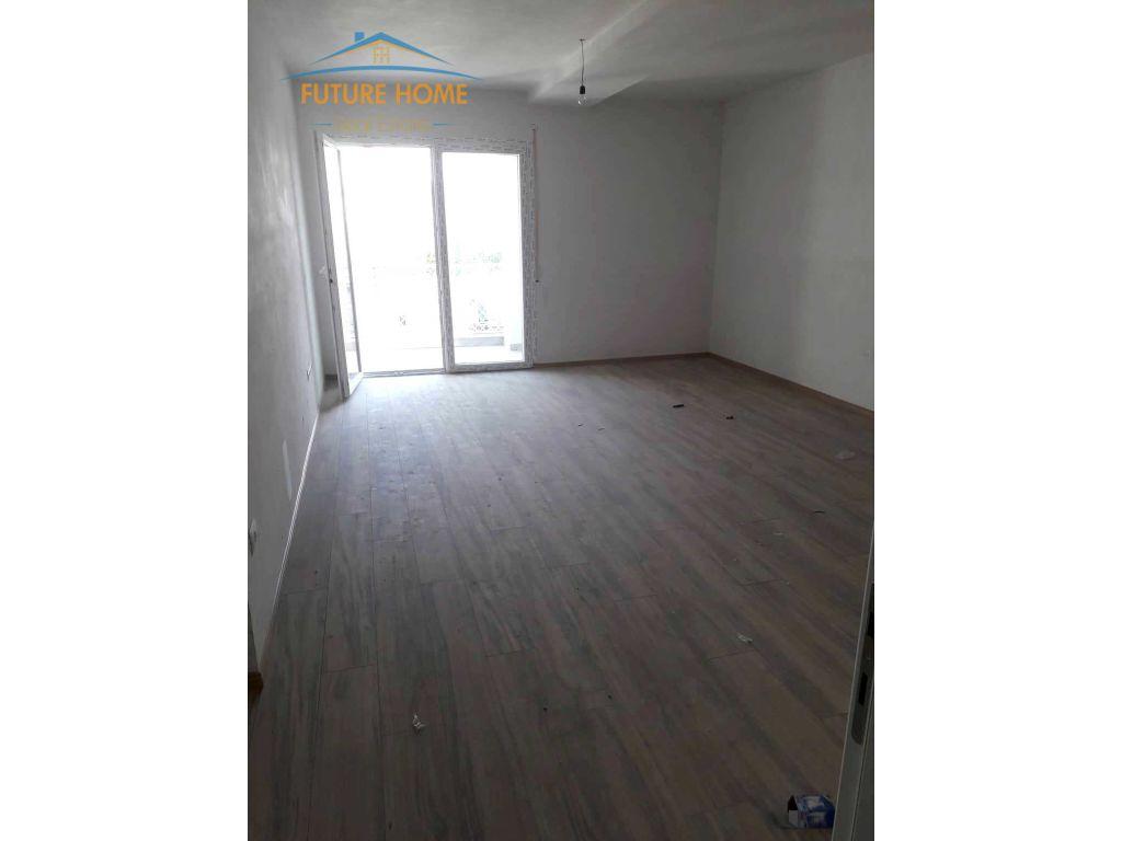 Shitet, Apartament 2+1, Komuna e Parist, Tiranë