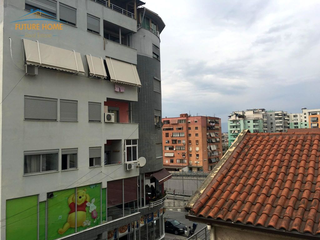 Qera, Vilë, Kodra e Diellit, Tiranë