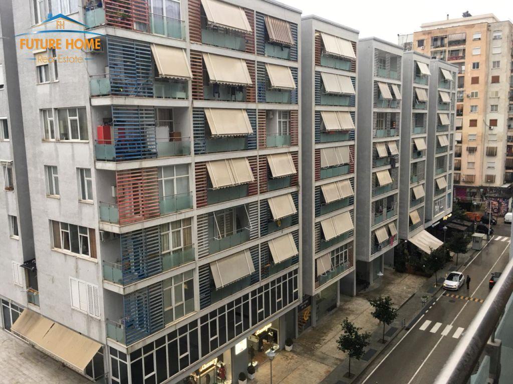 Shitet, Apartament 1+1, Komuna e Parisit,Tiranë