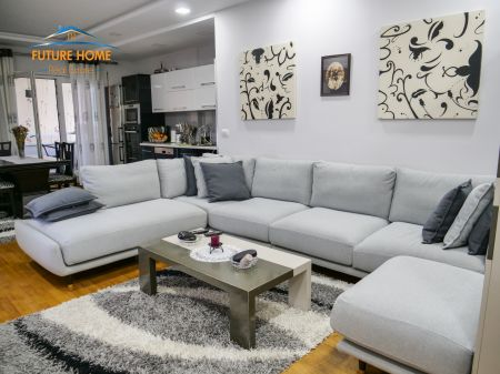 Shitet,Apartament 3+1,Pazari i Ri, Tiranë.
