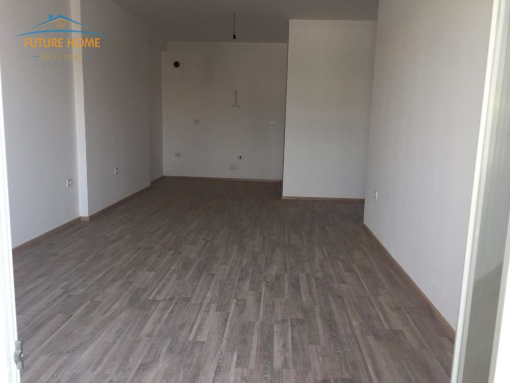 Shitet, Apartament 2+1, Komuna e Parisit, Tiranë