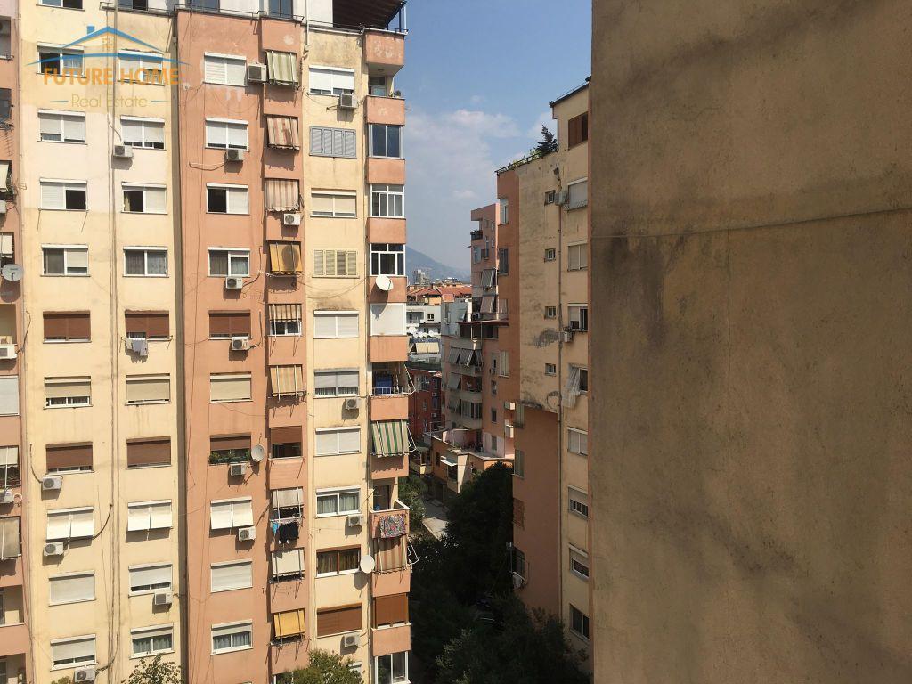 Shitet, Apartament 3+1, Komuna e Parisit, Tiranë