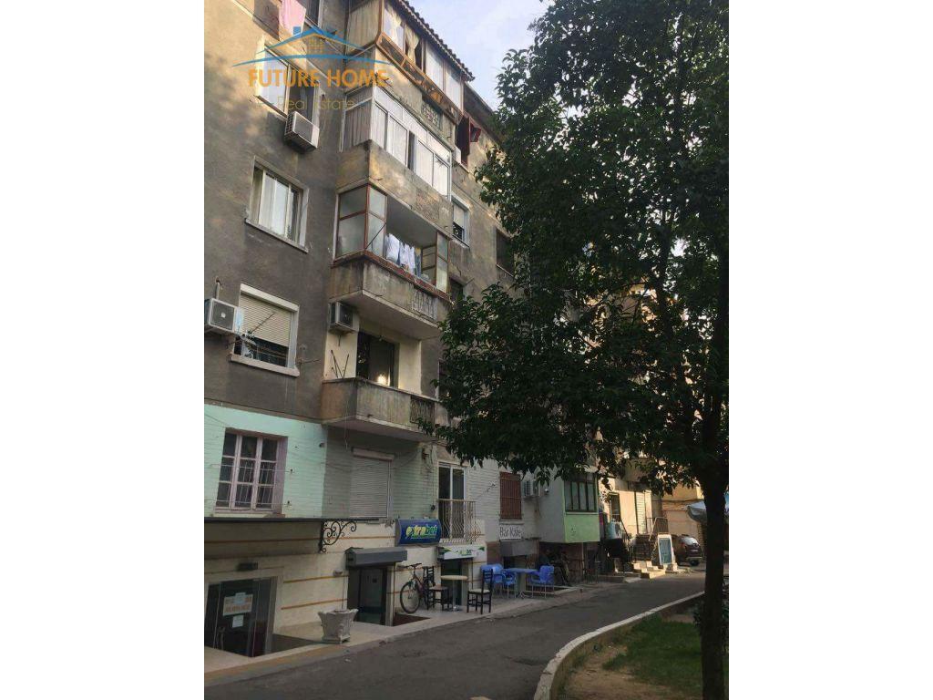Shitet, Ambient, Komuna e Parisit, Tiranë.