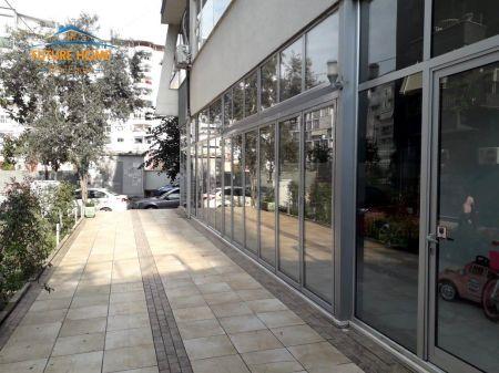 Shitet, Ambient, Komuna e Parisit, Tiranë