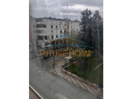 Shitet/Qera, Dyqan, te Pallati i Sportit, Durres